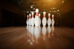 Dix bornes blanches dans une ruelle de bowling Photographie stock