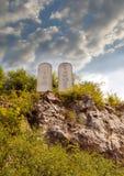 Dix commandements énumèrent les comprimés en pierre sur une colline rocheuse avec découpé 10 commandements images stock