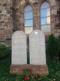 Dix commandements écrits sur les Tablettes en pierre devant une église Photographie stock libre de droits