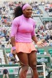 Dix-neuf champions Serena Willams de Grand Chelem de périodes pendant le troisième match de rond chez Roland Garros Image stock