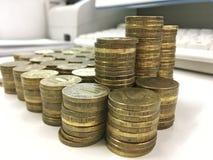 Dix pièces de monnaie russes de rouble sur le fond clair photos libres de droits
