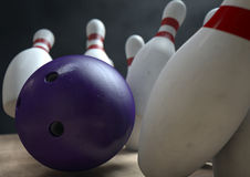Dix Pin Bowling Pins And Ball Photos libres de droits