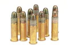 Dix .22 rond de fusil de calibre, position, sur le blanc Images stock