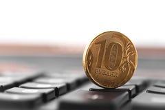 Dix roubles de pièce de monnaie sur la calculatrice Photographie stock