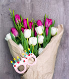Dix tulipes blanches et dix roses avec des verres Photo stock