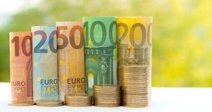 Dix, vingt, cinquante, cent, deux cents et petit pain de pièces de monnaie euro Photos stock