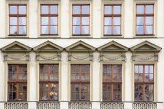 Dix Windows sur la façade de la vieille maison de beige de vintage images libres de droits
