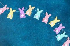 Diy复活节诗歌选兔宝宝,旗子复活节做了纸蓝色背景 礼物想法,装饰春天,复活节 免版税库存照片