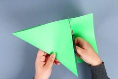 Diy与绿色领带,肩章的白色衬衫纸 想法礼物,装饰父亲节5月2月23日,9日, 图库摄影