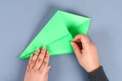 Diy与绿色领带,肩章的白色衬衫纸 想法礼物,装饰父亲节5月2月23日,9日, 库存照片