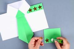 Diy与绿色领带,肩章的白色衬衫纸 想法礼物,装饰父亲节5月2月23日,9日, 免版税库存照片
