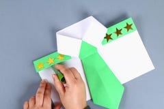 Diy与绿色领带,肩章的白色衬衫纸 想法礼物,装饰父亲节5月2月23日,9日, 免版税库存图片