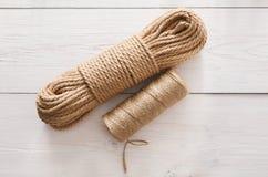 DIY和工艺的自然黄麻麻线绳索卷 库存图片