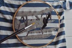 DIY手工制造飞机工艺补缀品和被绘的T恤杉孩子的 库存照片