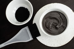 DIY木炭在一个小陶瓷碗的面罩 自创化妆用品 免版税库存图片