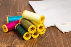 DIY概念多色缝合针线和针在白色木 免版税库存照片