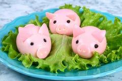 Diy świnia od jajek Warsztat dlaczego robić świni od gotowanego jajka malującego w rosołowych burakach faszerował z farszem Zakąs obrazy stock