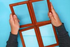 DIY 如何由相框和硫酸镁粉末做与冷淡的样式的一个冬天窗口 寒假装饰fo 图库摄影