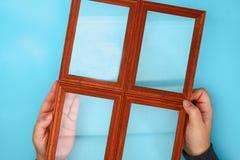 DIY 如何由相框和硫酸镁粉末做与冷淡的样式的一个冬天窗口 寒假装饰fo 免版税图库摄影