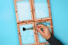 DIY 如何由相框和硫酸镁粉末做与冷淡的样式的一个冬天窗口 寒假装饰fo 库存图片