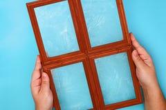 DIY 如何由相框和硫酸镁粉末做与冷淡的样式的一个冬天窗口 寒假装饰fo 库存照片