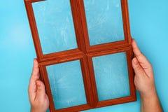 DIY 如何由相框和硫酸镁粉末做与冷淡的样式的一个冬天窗口 寒假装饰fo 免版税库存照片