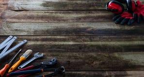 用工具加工在木维护委员会的大厦或DIY的概念 库存图片