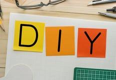 DIY avec le bloc-notes sur la table de travail avec des éléments des outils, équipement Photographie stock