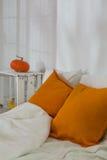 DIY-bed en nightstand Stock Afbeeldingen