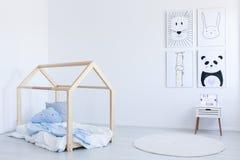 DIY-Bett in Junge ` s Raum stockfotografie