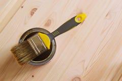 DIY – Borste på en målarfärgcan Royaltyfri Fotografi