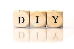 DIY buchstabierte Wort, Würfelbuchstaben mit Reflexion Lizenzfreies Stockfoto