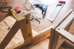DIY-concepten met houten meubilair en hulpmiddel en een ander materiaal assemblage, verbetering of het herstellen van huisbinnenl stock foto