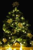 DIY criativo handicrafted a decoração da árvore de Natal no fundo preto imagem de stock royalty free