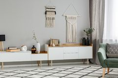 DIY-Dekor auf der Wand über weißem Schrank in Wohnzimmer interi stockfotografie