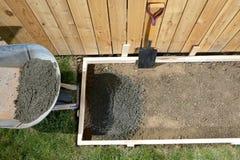 DIY dirigem o projeto concreting com cimento molhado Imagens de Stock Royalty Free