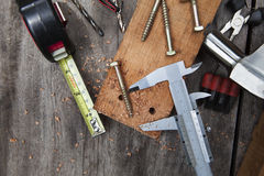 Diy domu pracy narzędzie pracuje na drewno stole z drewnianymi deski dokrętki szumowinami Zdjęcia Stock