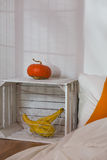 DIY-eco nightstand met decor Stock Fotografie