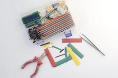 DIY-elektronikahobby uitrusting het geopende heatshrink leggen rond op de grijze achtergrond DIY-reeks van de ingenieurs de elekt royalty-vrije stock foto's