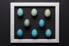 DIY färbte Schatten des minimalen Konzeptes der blauen Osterei-Zusammenfassung Fröhliche Ostern Lizenzfreies Stockfoto