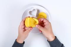 DIY Gåvainpackning för valentin dag Gåva för Kraft papper och potatisstämpel i formen av en hjärta och en röd målarfärg att göra  arkivfoton