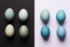 DIY geverfte schaduwen van blauw paaseieren abstract minimaal concept Gelukkige Pasen Stock Fotografie