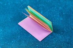 Diy girlandy Wielkanocni króliki, flagi wielkanoc zrobili papierowemu błękitnemu tłu Prezenta pomysł, wystrój wiosna, wielkanoc obraz royalty free