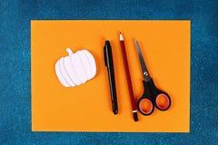 Diy Halloween papieru bransoletki bania na czarnym tle Prezenta pomys?, wystr?j Halloween obrazy stock