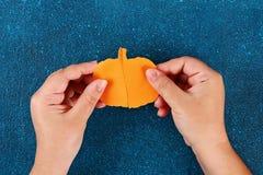 Diy Halloween papieru bransoletki bania na czarnym tle Prezenta pomys?, wystr?j Halloween fotografia stock