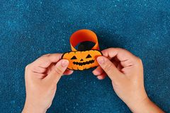 Diy Halloween papieru bransoletki bania na czarnym tle Prezenta pomys?, wystr?j Halloween zdjęcia royalty free