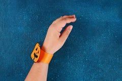 Diy Halloween papieru bransoletki bania na czarnym tle Prezenta pomys?, wystr?j Halloween obraz royalty free