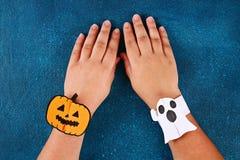 Diy Halloween papieru bransoletki bania na czarnym tle Prezenta pomys?, wystr?j Halloween zdjęcia stock