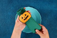 Diy Halloween papieru bransoletki bania na czarnym tle Prezenta pomys?, wystr?j Halloween zdjęcie royalty free
