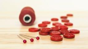 DIY hobbybegrepp - den röda sömnaden levererar närbild Arkivfoto